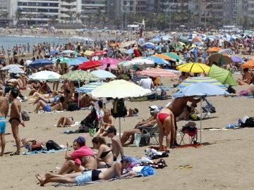 Imagen de archivo de bañistas en una playa