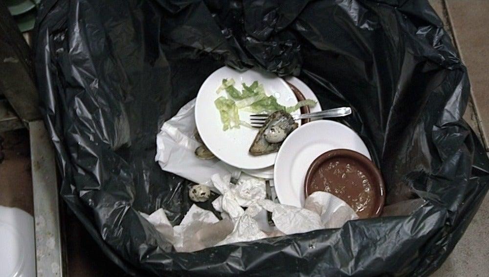 Las cocineras tiran la vajilla a la basura