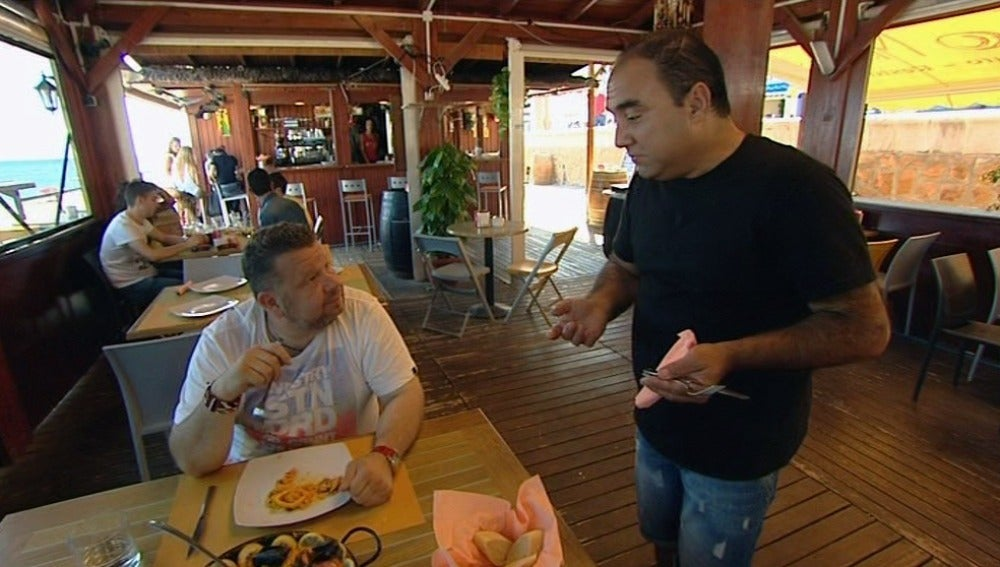 Chicote degusta los platos de 'El chiringuito del Tío Matía'