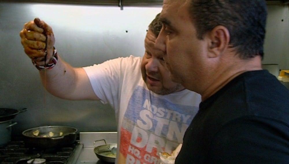 Chicote le enseña la Pancho la suciedad que hay en su cocina