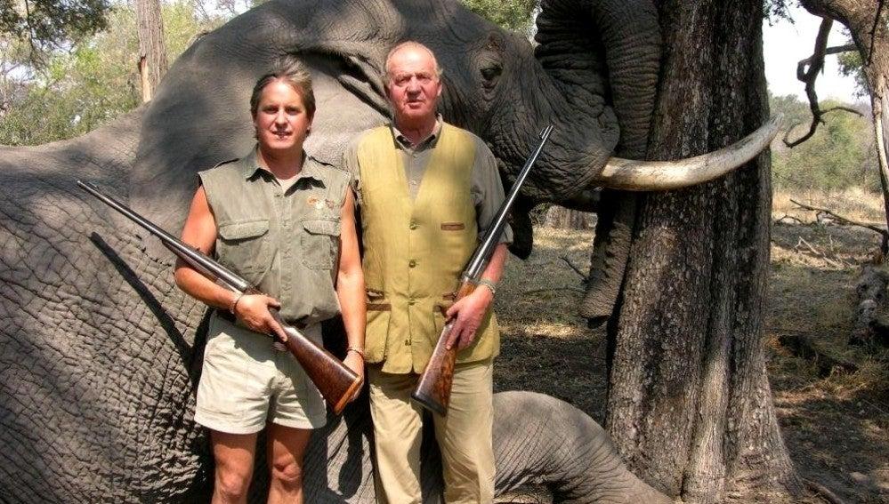 Don Juan Carlos con un elefante detrás tras una cacería