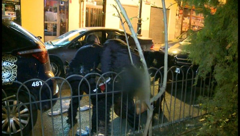 La policía intenta inmovilizar a una mujer borracha