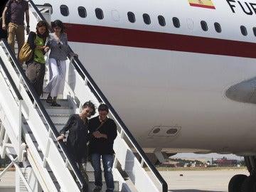 Fotografía facilitada por Médicos sin Fronteras de Montserrat Serra (abajo) y Blanca Thiebaut (arriba) a su llegada a España