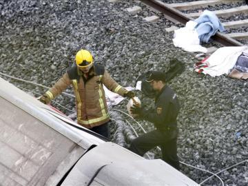 Los servicios de emergencia trabajan junto a las vías tras el accidente del tren Alvia