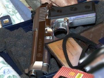 Una de las pistolas requisadas en uno de los clanes