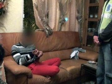 Los agentes arrestan al patriarca de la familia y a su hijo