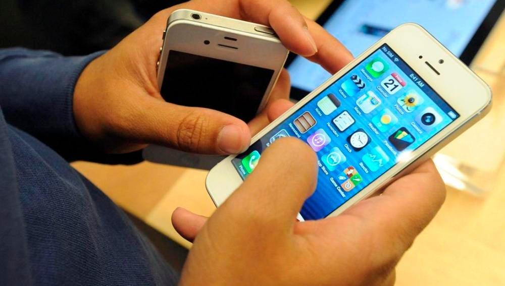 Usuario con el iPhone 5 (Archivo)