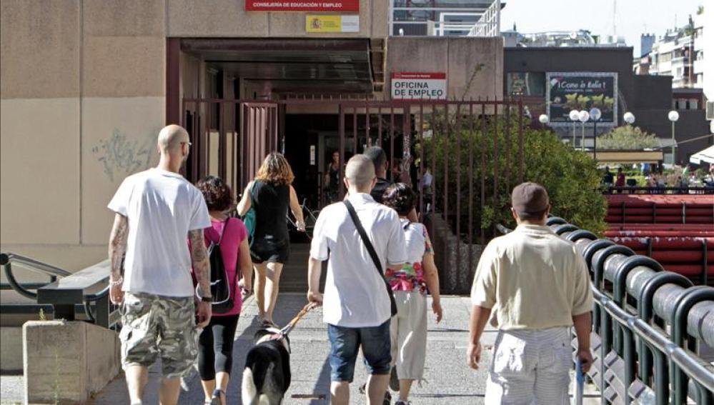 Varias personas llegan a una oficina de empleo