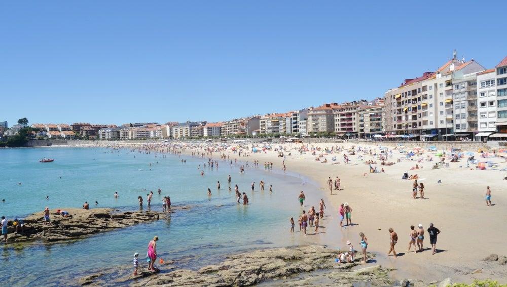 Con el día soleado la gente disfrutaba de la playa