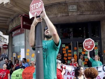 Protesta antidesahucios en las inmediaciones de una entidad financiera
