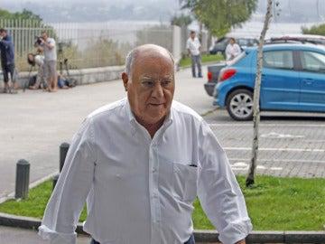 Amancio Ortega llegando al tanatorio