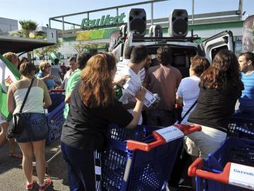 Imagen de la acción del SAT con el material del supermercado