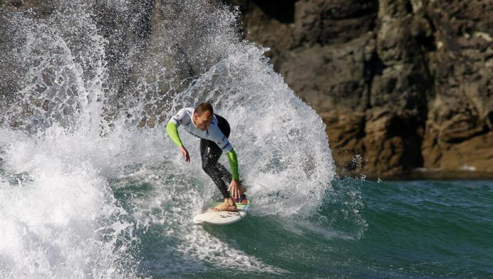 Surfista durante el Pantín Surf Camp