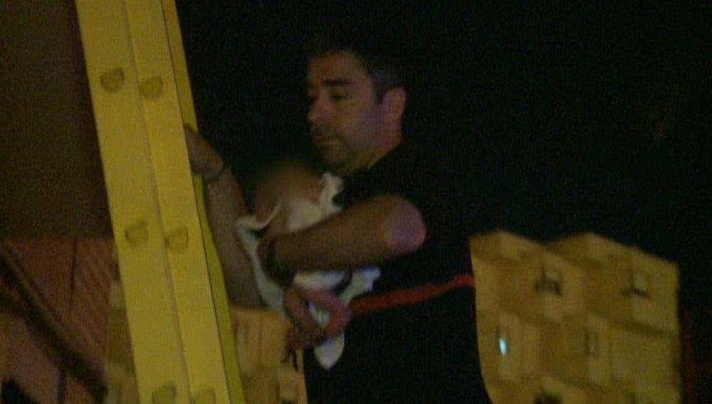 Los bomberos rescatan a un neonato