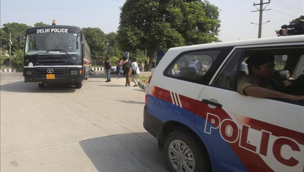 Un furgón de la policía traslada a los cuatro adultos implicados en la violación