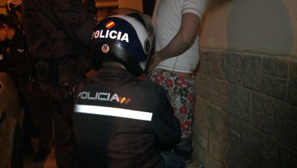 Los agentes cachean a un presunto traficante de droga