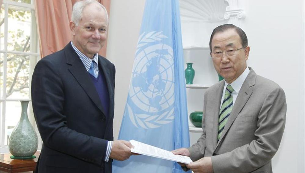 El profesor Ake Sellstrom entrega el informe de la masacre  Ban Ki-moon