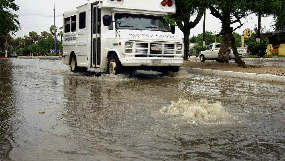 """Calle afectada por las lluvias originadas por el huracán """"Manuel""""."""