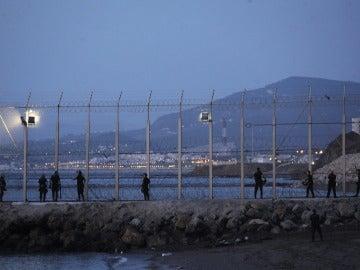Estudian colocar un pantalán flotante para dificultar el acceso a playa de Ceuta