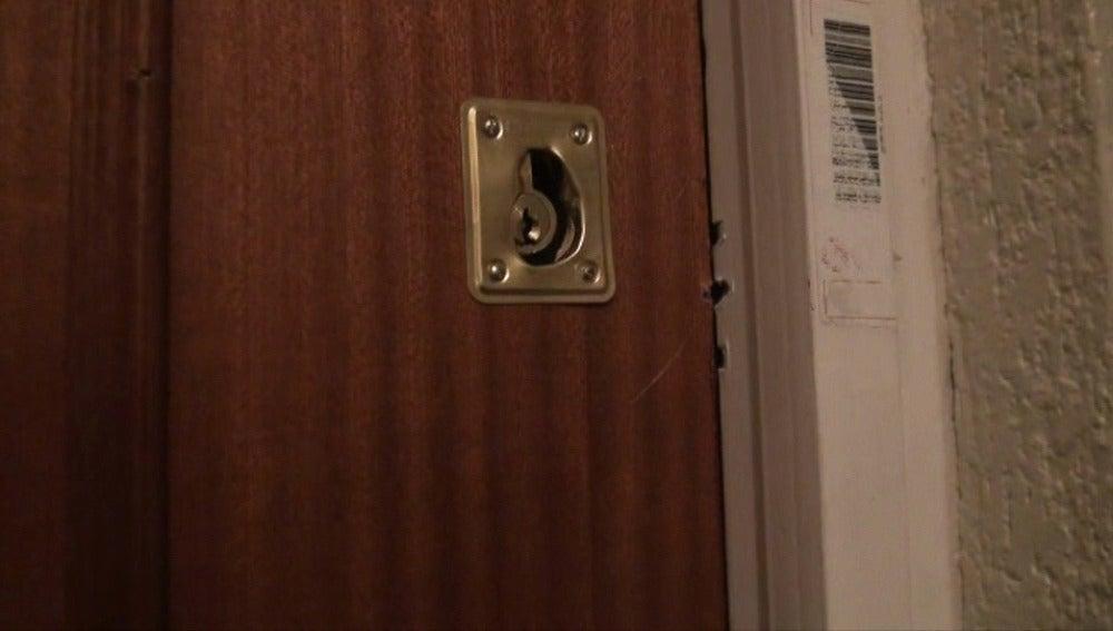 Los ladrones fuerzan la cerradura con un destornillador