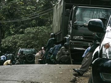 Numerosos soldados se cubren tras varios vehículos en el centro comercial de Westgate, en Nairobi