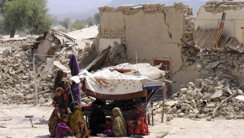 Varias personas se refugian en una construcción provisional tras el terremoto