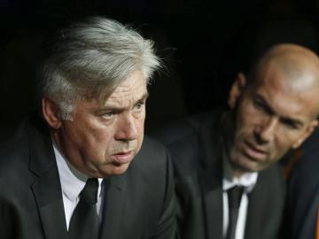 Carlo Ancelotti, junto a Zinedine Zidane en el banquillo