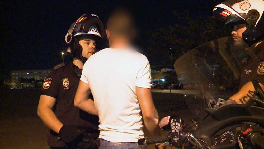 La policía habla con un hombre problemático