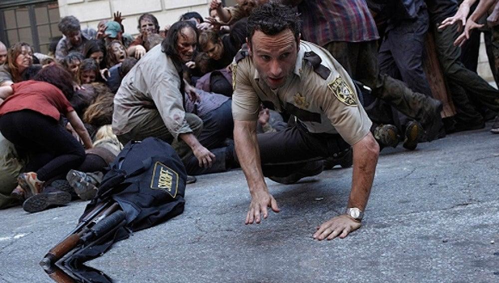 Rick trata de escapar de los zombies