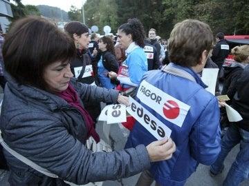 Dos trabajadoras de Edesa, durante una protesta