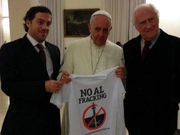 El papa Francisco posa en el Vaticano con una camiseta bajo el lema 'No al fracking'