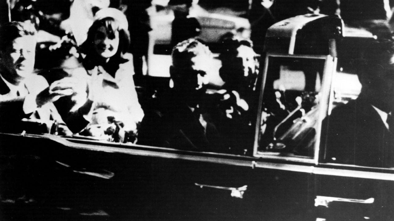 John F. Kennedy minutos antes de ser asesinado en Dallas