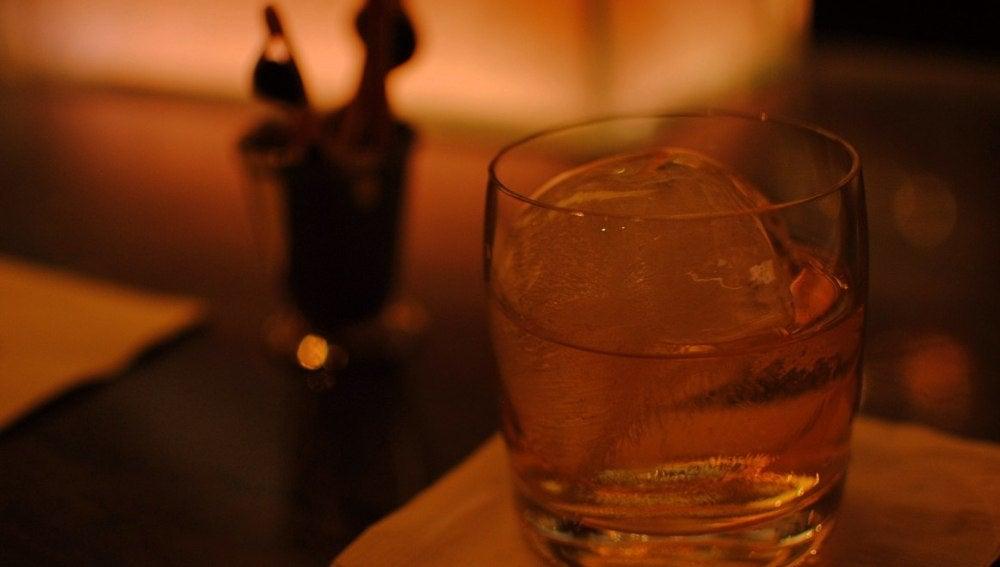 Vaso con bebida alcohólica