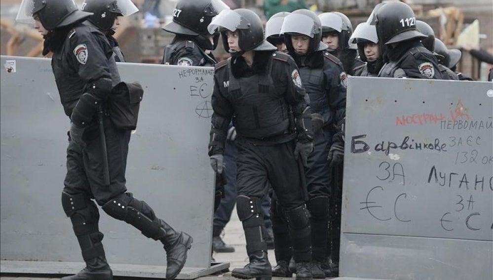 La policía antidisturbios ucraniana se posiciona en la Plaza de la Independencia