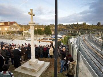 El barrio de Angrois inaugura un cruceiro en honor a las víctimas del Alvia