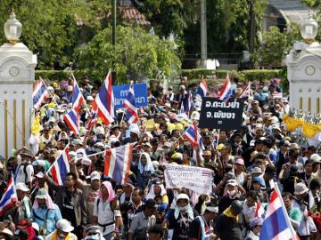 Manifestantes a las puertas de la Casa del Gobierno en Bangkok