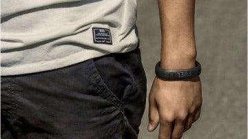 Esta pulsera mide lo que caminas y las calorías que quemas