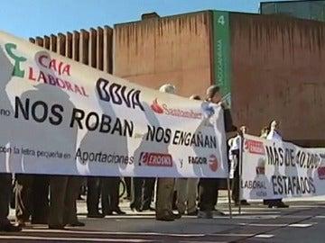 Decenas de afectados por las preferentes de Eroski y Fagor salen a la calle