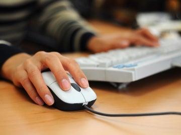 Una persona usa un ordenador