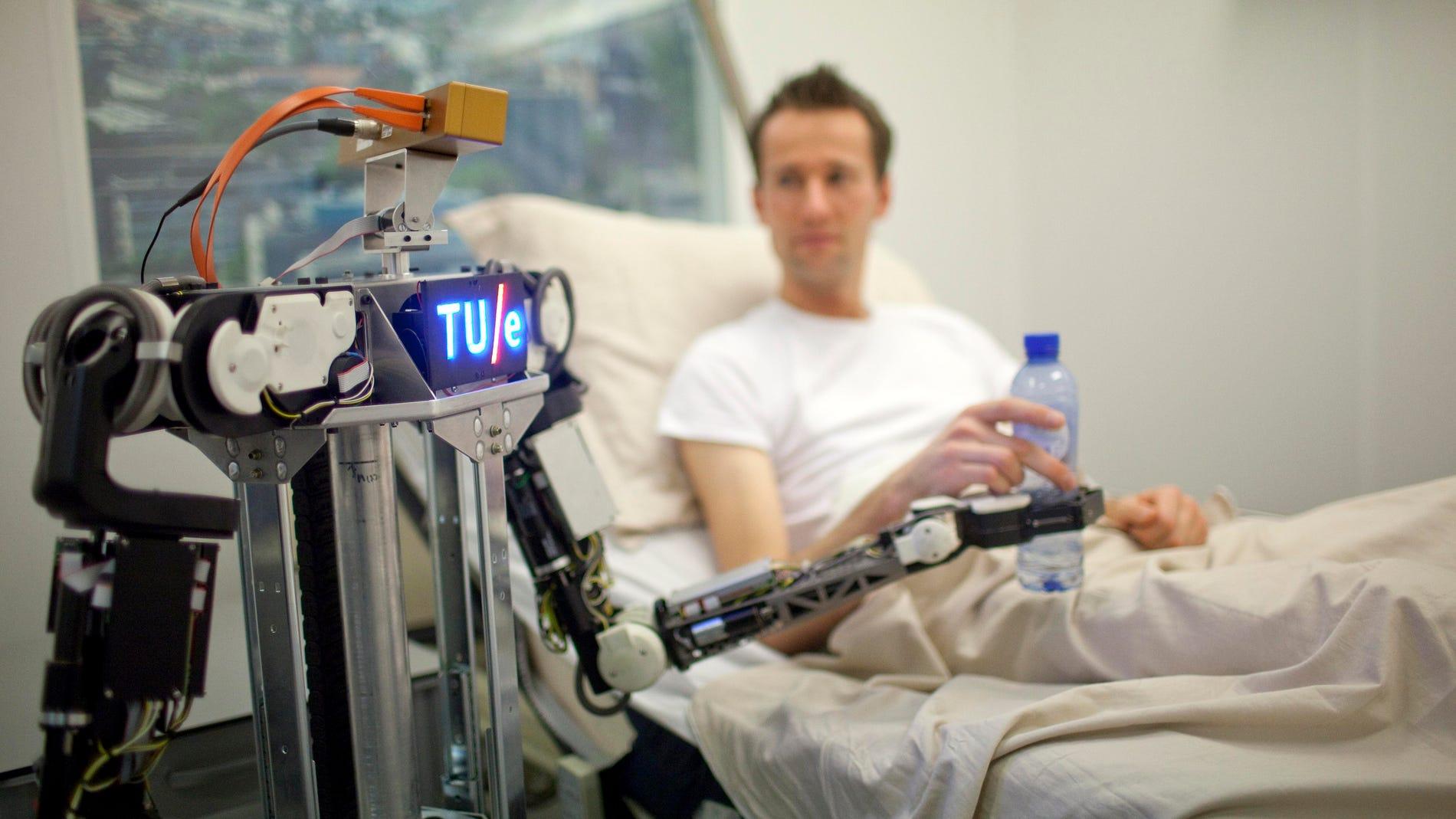 Un robot, atendiendo a un paciente en el hospital