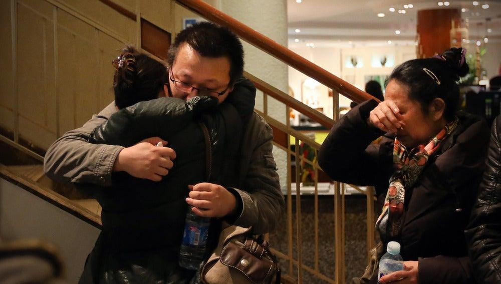 Familiares de los pasajeros lloran ante la incertidumbre
