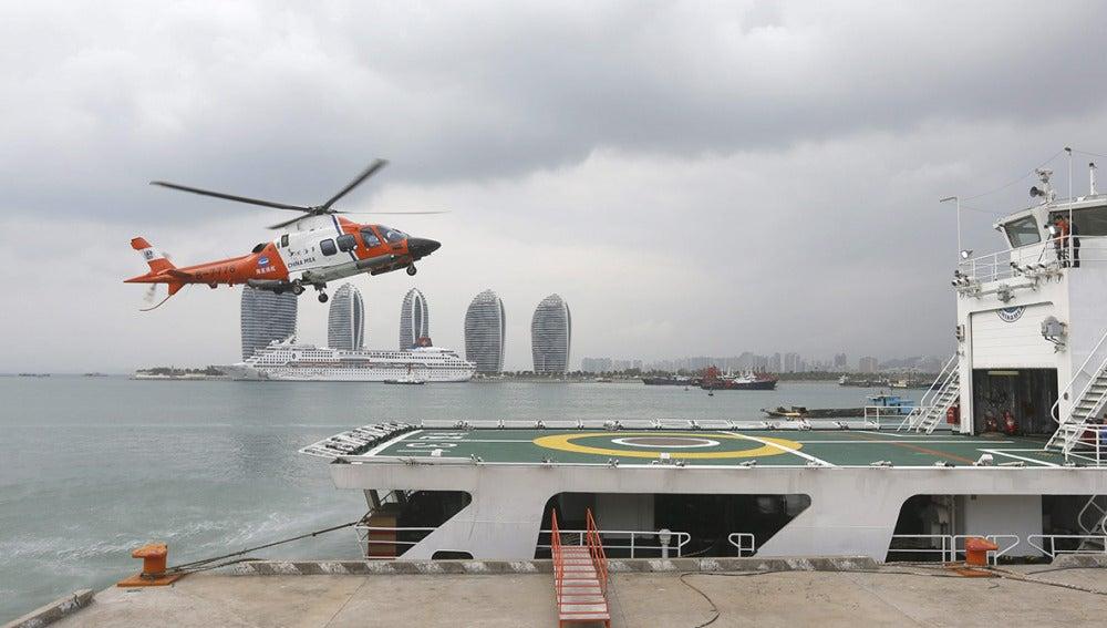 Un helicóptero aterriza en el barco de rescate del Servicio de Rescate de la Marina china