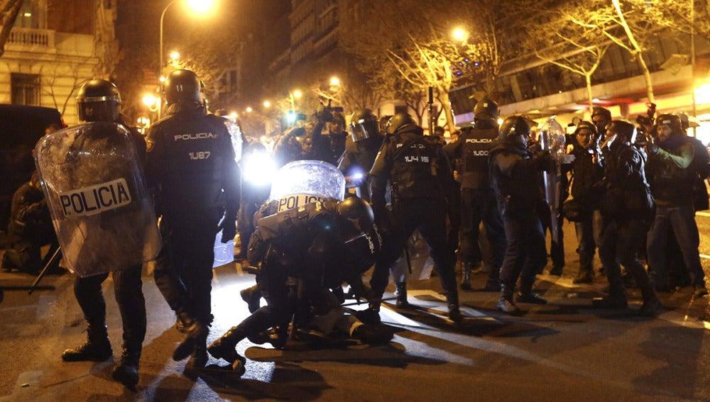 Policías antidisturbios intervienen en la Plaza de Colón