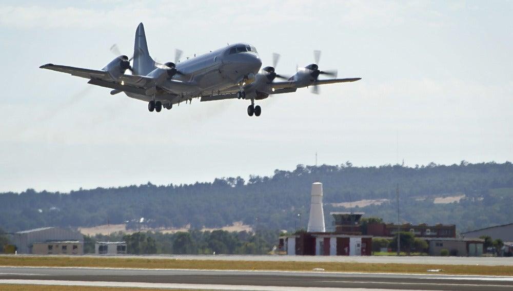 Una aeronave P-3K2 Orión de la la Fuerza Aérea Real Australiana (RAAF) despega de la base de Perth (Australia)