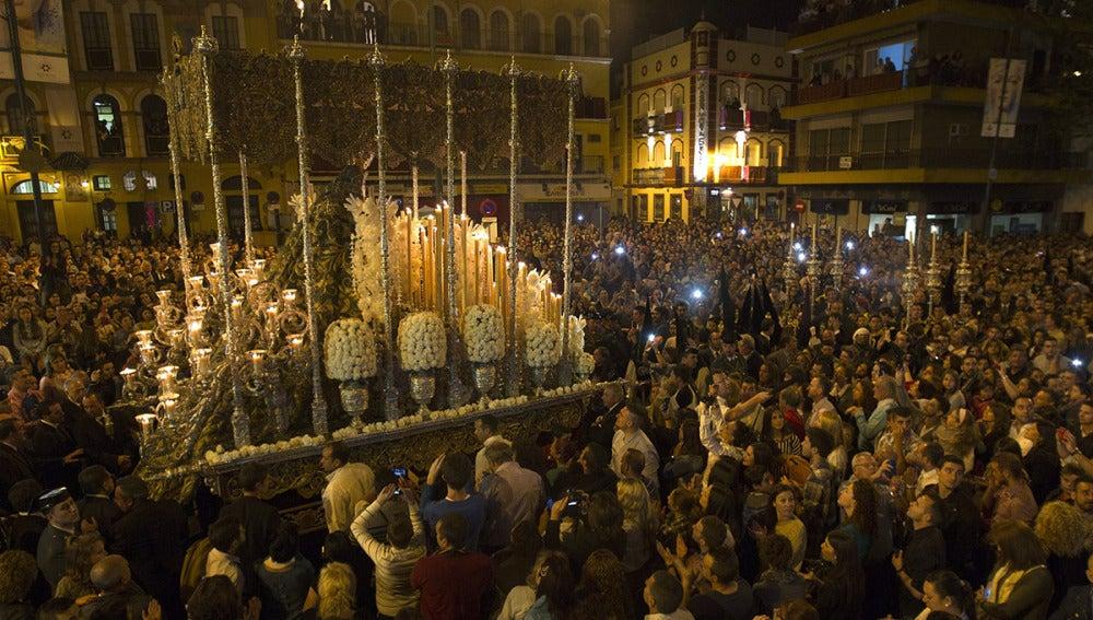 Una 'Madrugá' llena de emoción recorre las calles de Sevilla