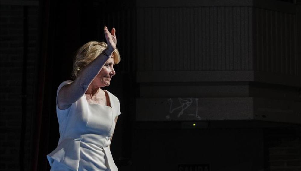 Esperanza Aguirre saluda en un acto