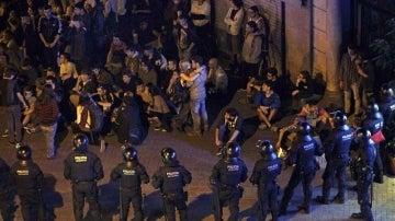 Los Mossos d'Esquadra han rodeado a un grupo de manifestantes para su identificacion