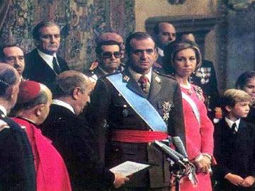 Juan Carlos de Borbón, es proclamado Rey.