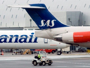 Fotografía de archivo fechada el 18/12/08 de un avión de Spanair y otro de la compañía SAS