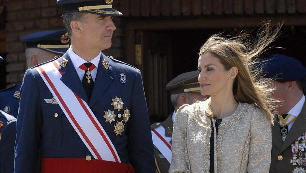 Los Reyes Felipe VI y Letizia en el Aeródromo Militar de la Virgen del Camino (León)